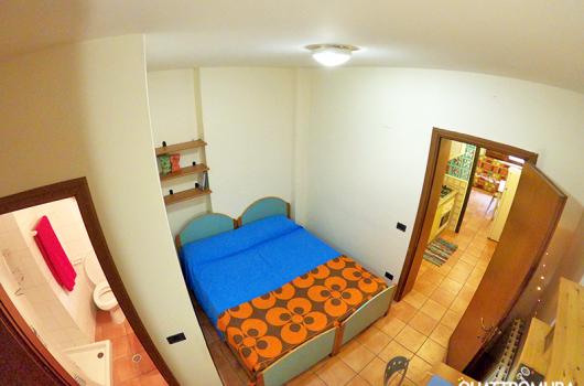 Camera ampia e luminosa dotata di scrivania, due letti e bagno