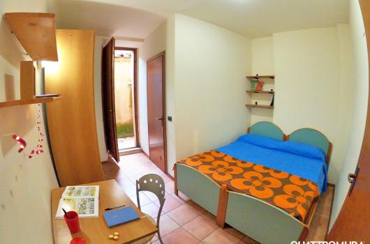 Camera ampia e luminosa dotata di bagno e piccolo cortile