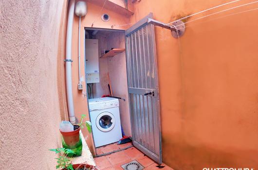 Piccolo cortile dotato di ripostiglio con lavatrice