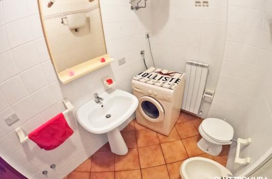 Secondo bagno dottato di lavatrice