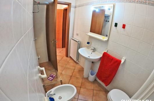 Primo bagno con cabina doccia