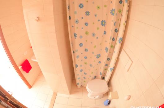 Bagno dotato di doccia