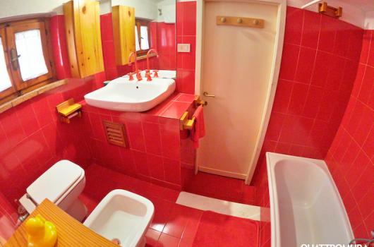 Bagno dottato di vasca da bagno, piccolo armadio e finestra