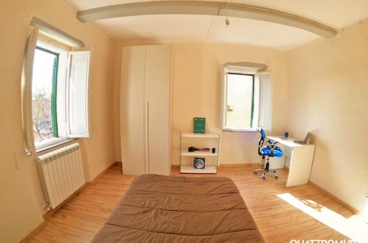Prima camera dotata di letto da una piazza e mezzo e scrivania ideale per studenti
