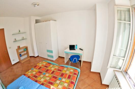 Seconda camera, ampia e luminosa, dotata di scrivania e armadio spazioso