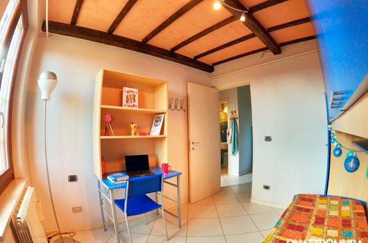 Prima camera dotata di scrivania ideale per studenti