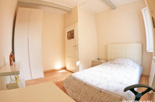 Seconda camera dotata di letto matrimoniale e ampia scrivania