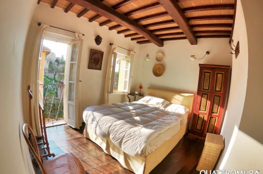 Camera con letto matrimoniale e ampie finestre