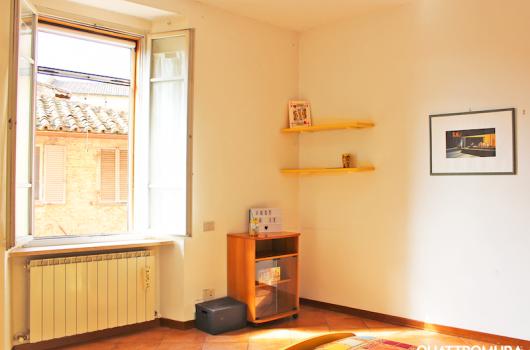 Prima camera con ampia finestra su Via Alessi