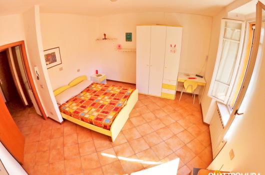 Prima camera ampia e luminosa vicino all'ingresso dall'appartamento