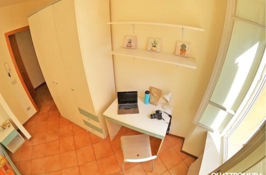 Camera con scrivania perfetta per studenti