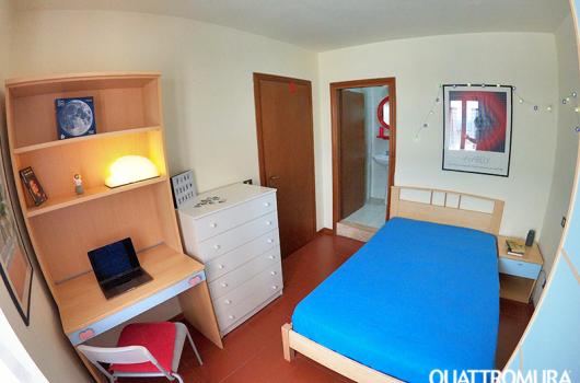 Luminosa camera dotata di letto da una piazza e mezzo, scrivania e bagno