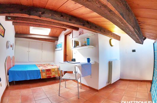 Spaziosa e luminosa camera dotata di due letti, ampio armadio e scrivania
