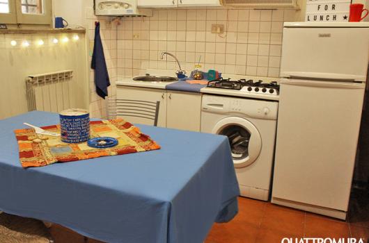 Angolo cottura con lavatrice e frigorifero
