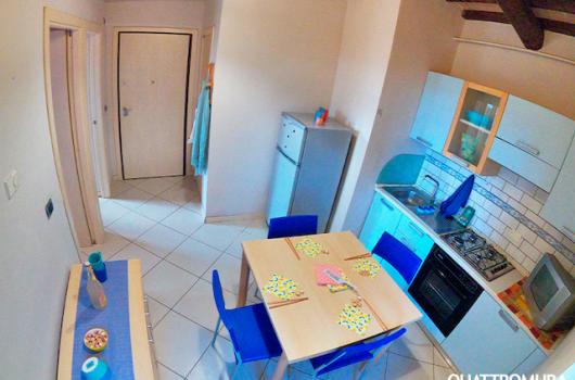 Cucina abitabile dotata di forno, TV e frigorífero