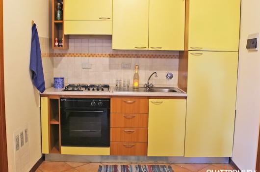 Dettaglio della cucina dotata di frigorifero e forno