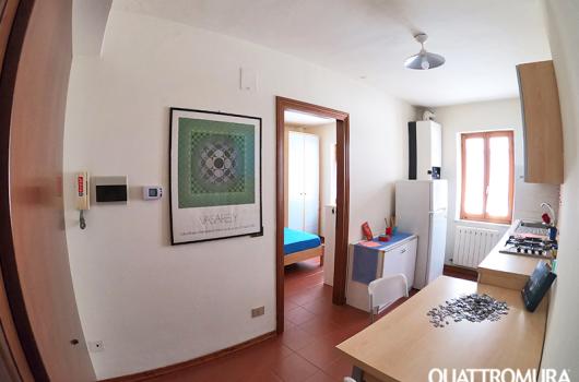 Luminoso soggiorno con angolo cottura e finestra con bellissima vista su Perugia