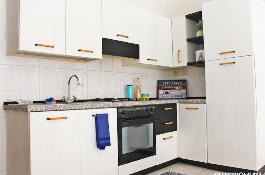 Cucina dotata di forno e frigorifero