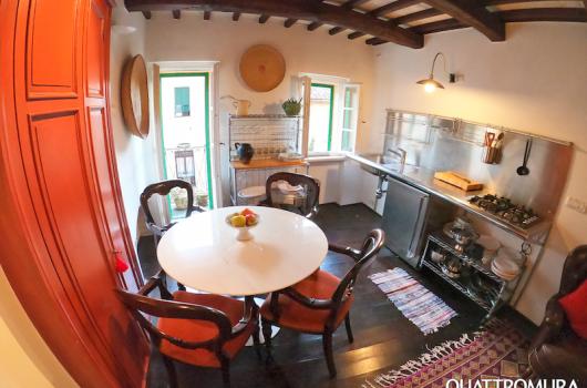 Spazioso e luminoso soggiorno dotato di angolo cottura, ampio tavolino, armadio dispensa e balcone