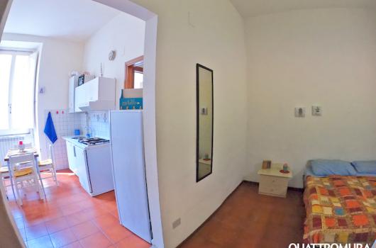 Camera e soggiorno visti dall'ingresso