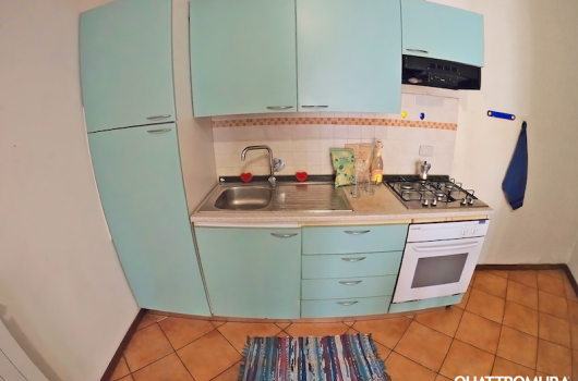 Cucina dotata di frigorifero e forno