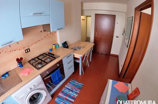 Cucina dotata di lavatrice, forno, frigorifero e ripostiglio