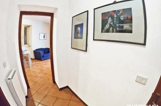 Corridoio tra ingresso e soggiorno, dottato di due ripostigli e bagno