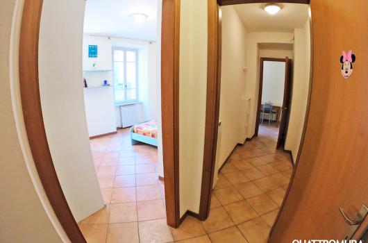 Camera e ingresso con corridoio privato