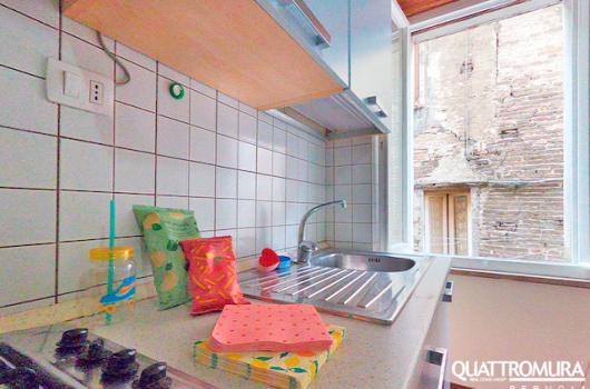 Angolo cottura con ampia finestra