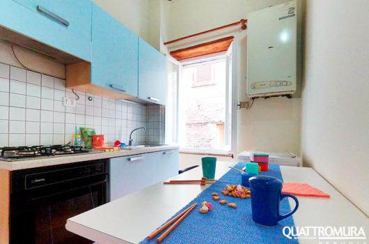 Cucina luminosa e abitabile dotata da ampio tavolo e forno