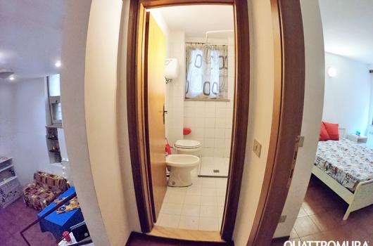 Panoramica dell'appartamento: soggiorno, bagno e camera