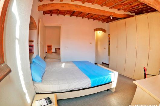 Prima camera luminosa con armadio spazioso e letto matrimoniale