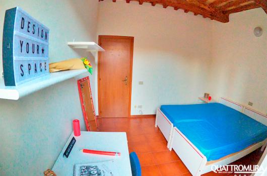 Camera dotata da due letti, scrivania e specchio
