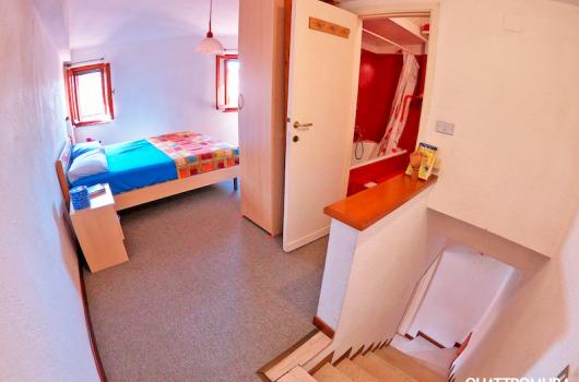 Amplia e luminosa camera con bagno al secondo piano