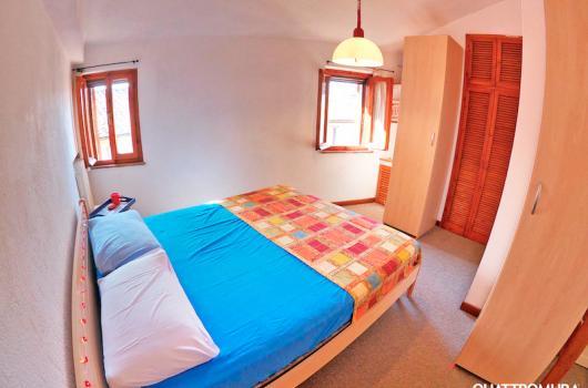 Seconda camera dotata di letto matrimoniale e diversi armadi