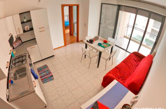 Luminoso e spazioso soggiorno con angolo cottura e ampio balcone