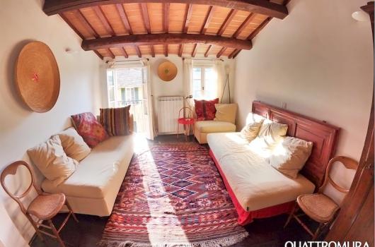 Ampia e luminosa stanza elegantemente decorata al quarto piano