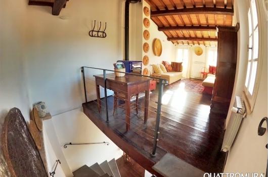 Quarto piano dotato di camino e scrivania ideale come studio