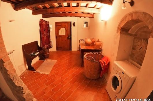 Ampio ingresso con lavatrice e spazioso ripostiglio