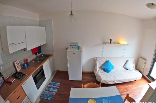 Luminoso e ampio soggiorno con angolo cottura